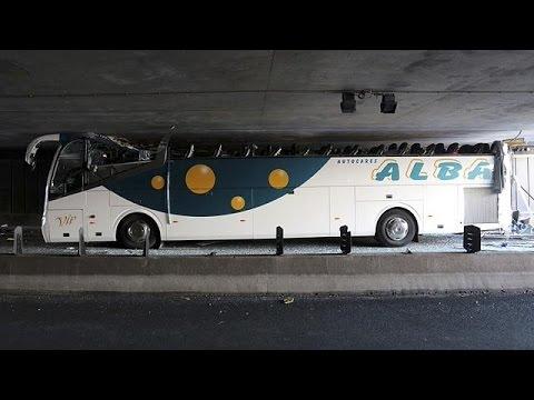 """Γαλλία: Λεωφορείο προσέκρουσε σε χαμηλό τούνελ και """"έχασε"""" την οροφή του!"""