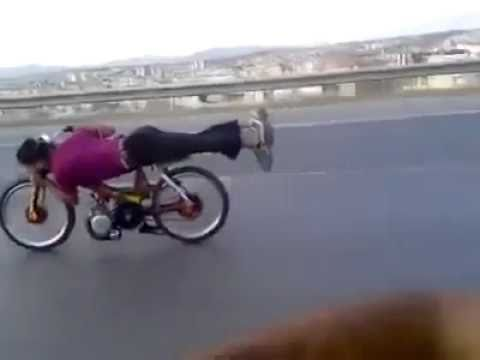 Un motard complètement fou !