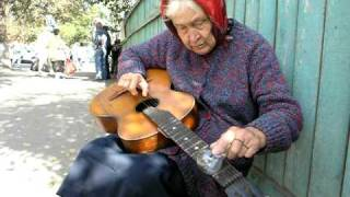 In Gomel (Belarus), an elderly woman playing guitar blues with an electric bulb - В Гомеле (Беларусь) бабушка играет на...