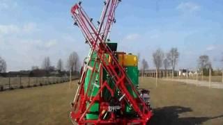 Film przedstawiający opryskiwacz zawieszany z hydraulicznym rozkładaniem belki firmy Promar Złotki o pojemności 1200 l.