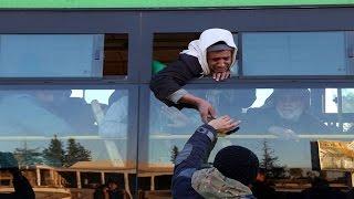 مشاهد لن تنسى .. حي الوعر تحت الاحتلال الروسي.. ماهو أول ما شاهده المهجرون بعد خروجهم؟