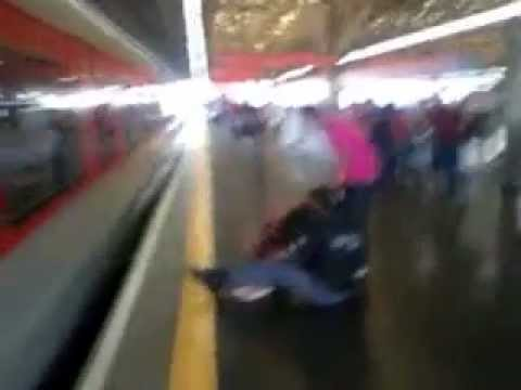 Increíble! Mujer salta a la vías del tren para recoger su celular