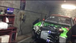 Turbosprężarka zasysa szmatkę podczas testu silnika