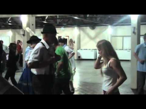 EXPEDIÇÃO CITROËN AIRCROSS - Expedicionários participam de dança alemã em Pomerode