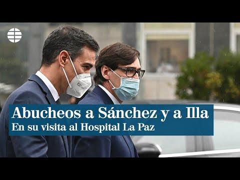 Abucheos a Sánchez y a Illa en su visita al Hospital La Paz de Madrid