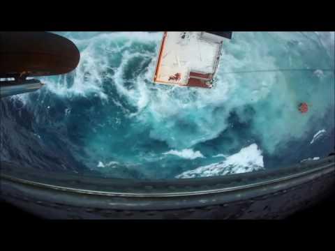 Судно затонуло, экипаж пытаются спасти