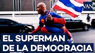 ¿Qué hace este Superman por las calles de Bangkok?
