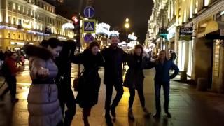 Греческие танцы на улице в центре Петербурга!