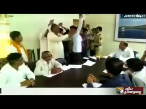 Public-perform-snake-dance-in-protest-against-PWD-officials-in-Maharastra