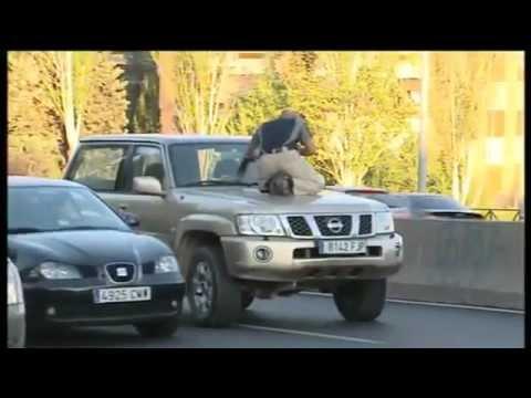 Agente del CNI encañona a un sospechoso en Madrid