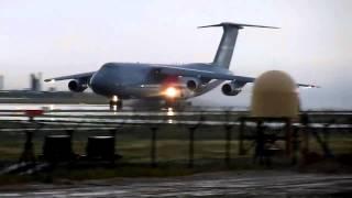 Rozbieg Lockheed C-5 Galaxy po zalanym pasie startowym