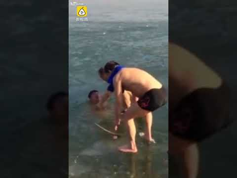 العرب اليوم - شاهد: إنقاذ شاب احتجز بمياه نهر أسفل سطحها المتجمد