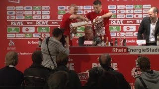Peter Stöger erhält nach Aufstieg Bierdusche während Pressekonferenz