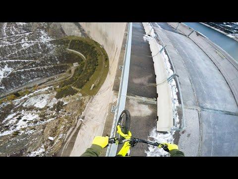 Австрийский велосипедист проехал по ограждению на высоте 200 метров