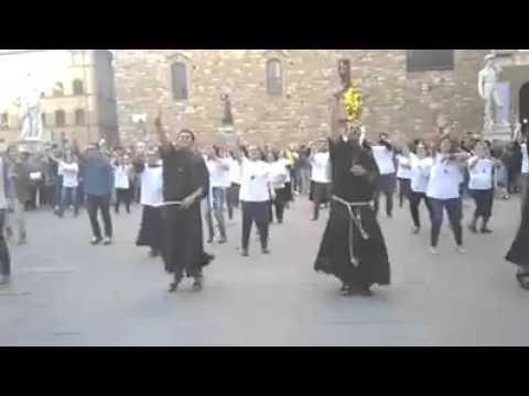 flash mob dei frati francescani a firenze, in piazza della signoria