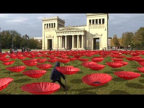 Münchner Königsplatz: Roter Teppich - 3.000 Mohnblumen für den Frieden