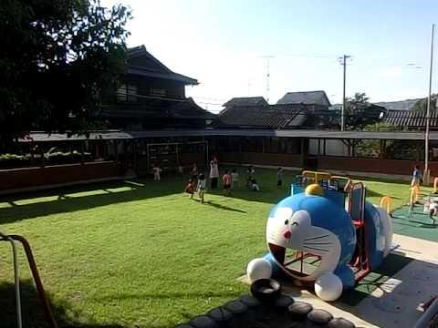 芝生の園庭で外遊び中 加津佐の若木保育園