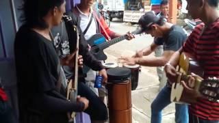 Aksi KEREN dan LUCU Pengamen Membawakan Lagu SAYANG VIA VALLEN