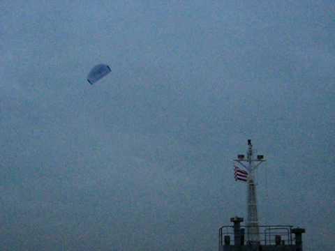 0 Paragliders gigantes ajudando navios cargueiros