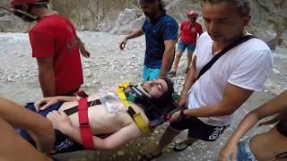 Muğla'nın Seydikemer ilçesindeki Saklıkent Kanyonu'nda yürüyüş yaptığı sırada düşerek yaralanan kişi kurtarıldı.When he was walking in the Saklikent Canyon in the Seydikemer district of Muğla, the person who fell and was wounded was rescued.Kütahya'dan tatile gelen Kadir Turgut (25), Kayadibi Mahallesi'ndeki Saklıkent Kanyonu'nda yürüyüş yaptığı sırada kayarak düştü. Başını zemindeki kayalıklara çarparak yaralanan kişiyi görenlerin 112 Acil Çağrı Merkezi'nden yardım istemesi üzerine olay yerine Ulusal Medikal Kurtarma Ekipleri (UMKE) ile 112 Acil Servis ekipleri sevk edildi.Kadir Turgut (25), who has been holidaying from Kütahya, fell down while walking in Saklıkent Canyon in Kayadibi Quarter. The 112 National Emergency Service Team (UMKE) and the National Emergency Service Team (UMKE) were dispatched to the scene at the request of the 112 Emergency Call Center for those who saw the injured person hit by the rocks in his head.Yaralanan Turgut'a ilk müdahaleyi olay sırasında kanyonda bulunan UMKE gönüllüsü Yasin Babacan ile Hüseyin Pınar yaptı. Ekiplerin yaralıya ulaşmasıyla sedyeye alınan Turgut, kanyonun girişine kadar taşındı. Akıntının fazla olduğu kanyondan halat yardımıyla çıkan ekipler, Turgut'u kanyon girişinde bekleyen ambulansa ulaştırdı.Wounded Turgut'a first intervention in the incident during the incident with the volunteer Yusin Babacan Hussein Pınar made UMKE. Turgut, who was taken to the wardrobe by reaching the wounded, moved to the entrance of the canyon. The crews that came up with rope helped Turgut to the ambulance waiting at the entrance of the canyon.Fethiye Devlet Hastanesi'nde tedavi altına alınan Turgut'un sağlık durumumun iyi olduğu öğrenildi.