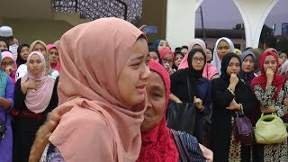 Video Loved ones pay final respects to Lombok earthquake victim MP3, 3GP, MP4, WEBM, AVI, FLV Agustus 2018