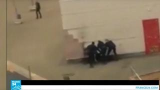 خطير وبالفيديو …رجال شرطة يغتصبون شابا في الشارع العام
