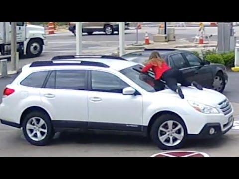 kobieta-wskakuje-na-maske-swojego-samochodu-aby-zniechecic-zlodzieja