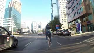 To już jest kryminał! Taksówkarz próbował celowo staranować rowerzystę!