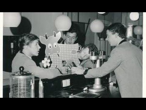 """Der var pigtrådskoncerter overalt. Rundt omkring Odense kunne der være op til fem steder, og så kørte vi rundt og spillede og publikum kørte også rundt og hørte de samme orkestre flere steder. Og tænk, så var der også mælke-pubber - steder, hvor folk drak milkshakes. Her kunne vi spille om eftermiddagen ..."""""""