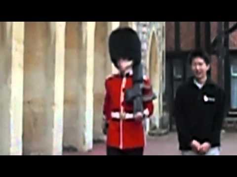 當這名亞洲觀光客把手搭在英國皇后衛兵肩上時,下一秒衛兵的反擊讓遊客差點嚇到升天...