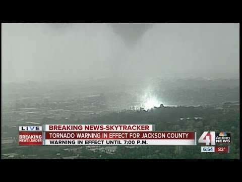 6:54 p.m.: Tornado touches down, causes damage in Lee's Summit (видео)
