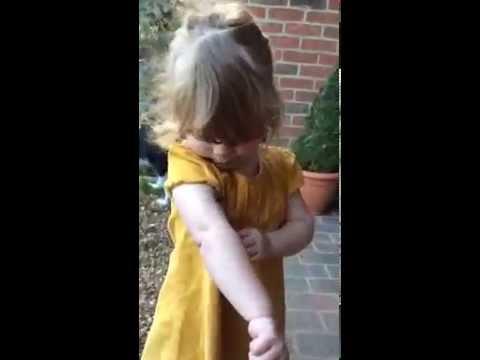 兩歲的小女孩在遇到蜘蛛後作出超萌的俏皮反應~