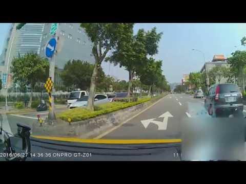 她在綠燈後乖乖走斑馬線卻「被車撞上去還輾過兩次」,再看到駕駛下車後網友都直呼不意外…