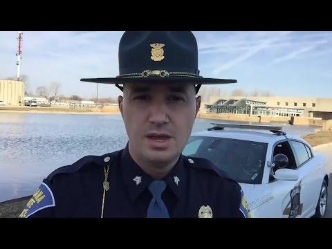 Wielu kierowców o tym nie wie – policjant pokazuje super funkcję montowaną w każdym aucie!