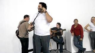 Pr Rogerio Serrano dando uma palhinha musical ao final de um seminario