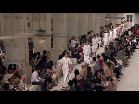 Chanel - Full film of the CHANEL Cruise 2013/14 fashion show that took place on May 9th in Singapore. Soundtrack: Los Samplers: