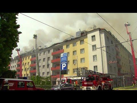 Straßensperren nach Großbrand in Wien in einem vierst ...