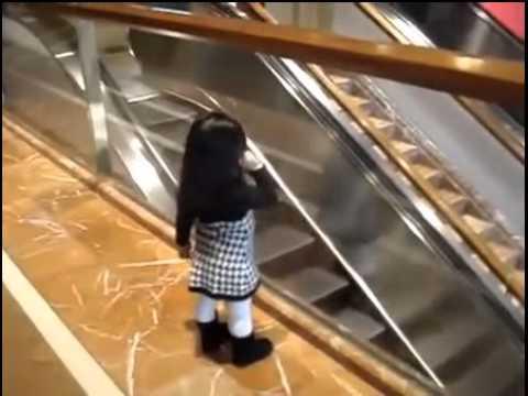 女孩一聲Bye~萌翻搭手扶梯的所有人!