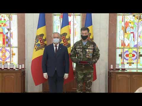 Президент страны вручил высокие государственные награды группе военных