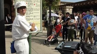タワーオブテラー前で行われた、ファンカスト・ミネザキさんのパフォーマンスです(^^)