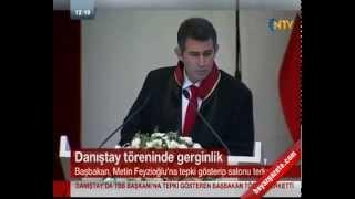 """Başbakan Recep Tayyip Erdoğan, Barolar Birliği Başkanı Metin Feyzioğlu'nun Danıştay'ın 146. kuruluş yıldönümünde yaptığı konuşmaya tepki göstererek salonu terk etti.Törende oldukça uzun bir konuşma yapan Feyzioğlu, TSK'ya kumpas iddiaları, 17 Aralık operasyonu, HSYK düzenlemesi ve ses kayıtları gibi konularda değerlendirmelerde bulundu.Konuşmasının sonuna gelen Fezyzioğlu'nun, Van Depremi'yle ilgili sözlerine itiraz eden Başbakan Erdoğan, '25 dakika Başkan konuşuyor, 1 saat sen konuşuyorsun. Edepsizlik yapıyorsun, yeter artık. Baştan aşağıya tamamen siyasi konuşma yapıyorsun. Van ile ilgili söylediklerin baştan aşağıya yalan. Van'da yaptıklarımızı herkes gördü. Siyaset yapıyorsun, burada siyaset yapmaya hakkın yok' diye konuştu.Fevzioğlu kürsüden Başbakan Erdoğan'a 'Ben edepsizlik yapmadım kimseye de edepsiz yapıyorsun demeyi kendime yakıştırmam. Çok yapıcı bir konuşmaydı"""" karşılığını verdi. Ayağa kalkan Erdoğan, Cumhurbaşkanı Abdullah Gül'e dönerek tepkisini sürdürdü. Erdoğan, 'Dinlemek zorunda değiliz' dedi.Bu tartışmanın ardından çok sinirlenen Erdoğan, konferans salonunu terk etti. Başbakan Erdoğan'ın Barolar Birliği Başkanı Feyzioğlu'na tepki göstererek Danıştay'ı terk etmesinin ardından Genelkurmay Başkanı ve Cumhurbaşkanı da salonu terk etti. Bu sırada Cumhurbaşkanlığı korumaları da Gül törenden ayrılana kadar hiçbir Danıştay üyesinin salondan ayrılmasına izin vermedi. . ."""