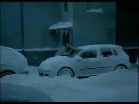 這名男子好不容易把厚厚的雪從汽車清乾淨,最後卻沒想到…