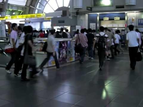 「[コミケ]りんかい線国際展示場駅の始発電車到着時の「オタク」ダッシュ。」のイメージ