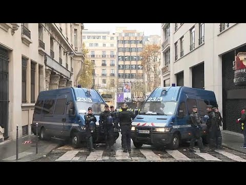 Paris: Panzerwagen und Polizei vor der Demonstration  ...