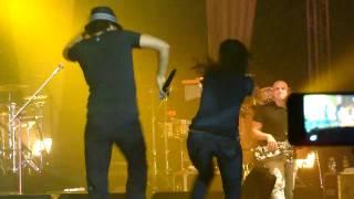 Jason Mraz dança com fã em Fortaleza