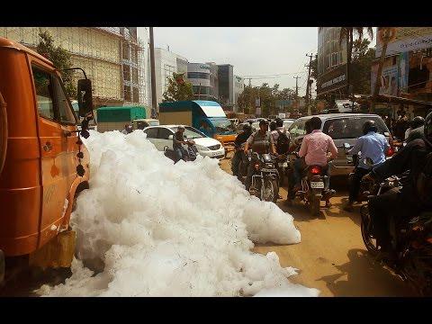 你以為這個是雪景嗎?這是5億公升尿液混合清潔劑起泡沫淹沒的印度城鎮!