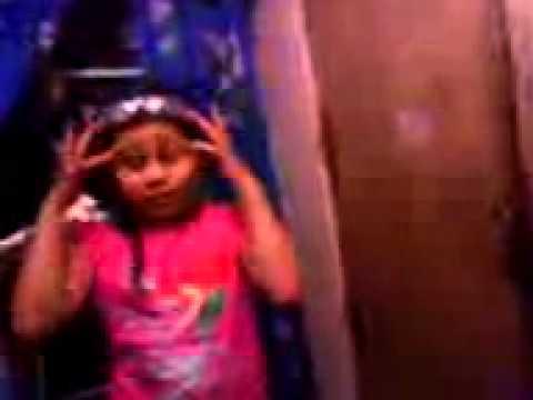 Niña cantando No Llega el olvido De Jenni Rivera