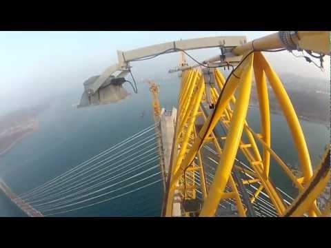 Due ragazzi si arrampicano su un ponte altissimo