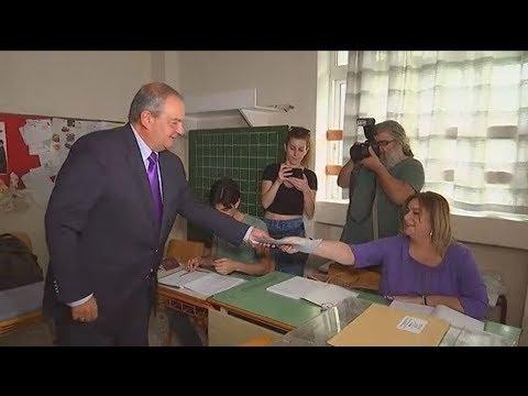 Στο 383ο εκλογικό τμήμα άσκησε το εκλογικό του δικαίωμα ο πρώην πρωθυπουργός Κ. Καραμανλής