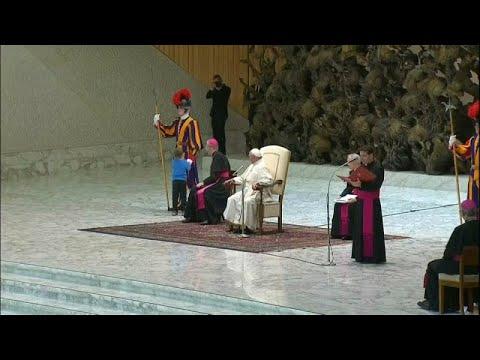 """Ένα """"απείθαρχο"""" αγοράκι επισκίασε τον πάπα Φραγκίσκο"""